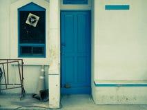 Alte blaue Weinlesetür Stockfotografie