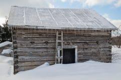 Alte Blockhausscheune Snowy mit Eiszapfen Lizenzfreie Stockfotografie