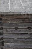 Alte Blockhausscheune Snowy mit Eiszapfenhintergrund Stockfotografie