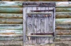 Alte Blockhauswand mit einer Tür Stockbild