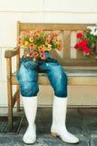 Alte Blue Jeans benutzt als Blumentöpfe Stockfotografie
