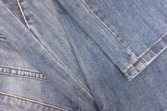 Alte Blue Jeans des Stapels Lizenzfreies Stockfoto