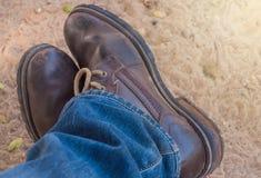 Alte Blue Jeans und braune Stiefel Lizenzfreie Stockfotos