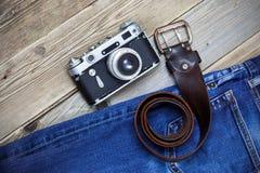 Alte Blue Jeans, Weinleseledergürtel und alter Entfernungsmessernocken Lizenzfreie Stockbilder