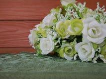 Alte Blume des Stilllebens auf Tabelle Lizenzfreie Stockbilder