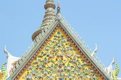 Alte Blumen-, Keramikziegelmuster der Giebelspitzenarchitektur Stockfotografie