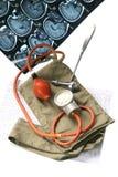 Alte Blutdruckmanschette und -ich Stockfoto