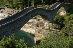 Alte Bogen-Brücke Stockfotos