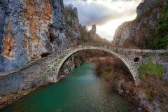 Alte Bogen-Brücken über Vikos sättigen sich in Nord-Griechenland eingelassenem AP Stockfotografie