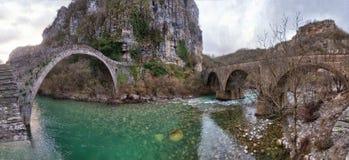 Alte Bogen-Brücken über Vikos sättigen sich in Nord-Griechenland eingelassenem AP Stockbilder