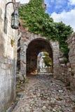 Alte Bogenbahn auf einer alten Stadt der Stange in Montenegro Lizenzfreies Stockbild