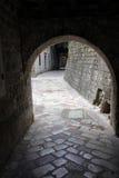 Alte Bogenbahn auf einer alten Stadt Kotor Stockfotografie