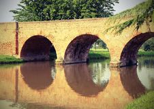 alte Bogenbrücke hergestellt von den roten Backsteinen Lizenzfreie Stockfotografie