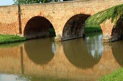 alte Bogenbrücke hergestellt von den roten Backsteinen Stockfoto