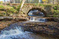 Alte Bogenbrücke im Herbst Lizenzfreies Stockbild