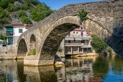 Alte Bogenbrücke Rijekas Crnojevica Stockfotos