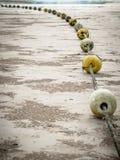 Alte Bojen auf dem Strand Stockbilder