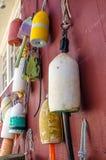 Alte Bojen, die von einer hölzernen Wand hängen Lizenzfreies Stockbild