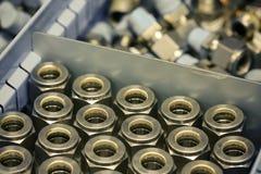 Alte Bolzen oder schmutzige Bolzen auf hölzernem Hintergrund, Maschinenausrüstung in der Industriearbeit Exkavator getrennt an de Lizenzfreies Stockbild