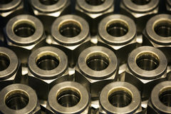 Alte Bolzen oder schmutzige Bolzen auf hölzernem Hintergrund, Maschinenausrüstung in der Industriearbeit Exkavator getrennt an de Stockfoto