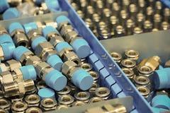 Alte Bolzen oder schmutzige Bolzen auf hölzernem Hintergrund, Maschinenausrüstung in der Industriearbeit Exkavator getrennt an de Stockfotografie