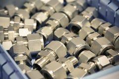 Alte Bolzen oder schmutzige Bolzen auf hölzernem Hintergrund, Maschinenausrüstung in der Industriearbeit Exkavator getrennt an de Lizenzfreie Stockfotos