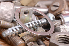 Alte Bolzen, Schrauben und Metalldetails, Abschluss oben Stockfoto