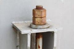 Alte Bolzen und Waschmaschinen im petrochemischen Werk Stockfoto