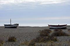 Alte Boote auf Aldeburgh-Strand, Suffolk, Großbritannien Stockfotografie
