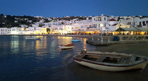 Alte Boote auf dem alten Hafen in Myconos bei Sonnenuntergang Stockbilder