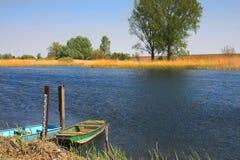 Alte Boote auf dem Fluss Lizenzfreies Stockfoto