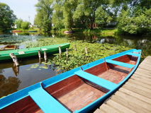 Alte Boote auf dem Fluss Trubezh in Pereslavl-Zalessky, Russland Stockbilder