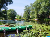 Alte Boote auf dem Fluss Trubezh in Pereslavl-Zalessky, Russland Stockfotos