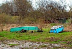 Alte Boote auf den Banken der Wolgas Lizenzfreies Stockbild
