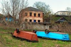 Alte Boote auf den Banken der Wolgas in der Stadt Gorodets Lizenzfreie Stockfotos