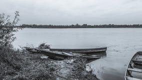 Alte Boote auf der Flussbank Lizenzfreie Stockfotos