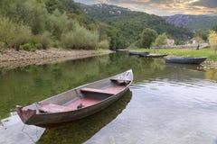 Alte Boote auf einem ruhigen Fluss Lizenzfreie Stockfotos