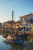 Alte Boote auf Leonardesque Kanal tragen in Cesenatico in Emilia Romagna in Italien Lizenzfreie Stockbilder