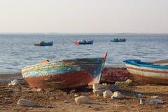 Alte Boote auf Seeufer Stockfoto