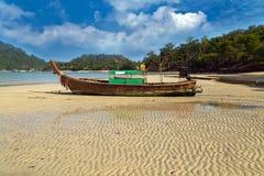 Alte Boote auf Strandinsel in Thailand Stockbild