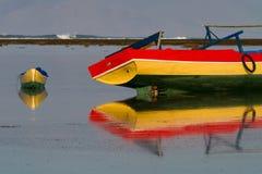 Alte Boote in den shallows von Lakey ragen empor Stockfotografie