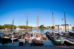Alte Boote in der Querneigung von Amsterdams Kanal Stockbild