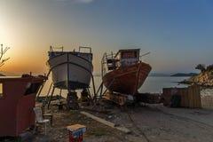 Alte Boote der Sonnenuntergangansicht in Thassos-Stadt, Griechenland Stockbilder