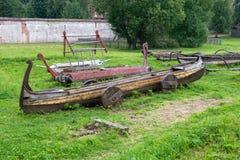 Alte Boote, die auf dem Ufer stillstehen Lizenzfreies Stockfoto