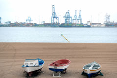 Alte Boote, die das Dock gegenüberstellen Stockfoto