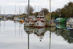 Alte Boote in einem Jachthafen Lizenzfreie Stockfotografie