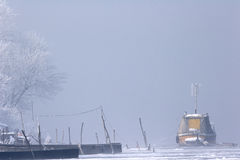 Alte Boote eingefroren im Eis auf Fluss-Donau-mittlerem Winter Lizenzfreies Stockbild