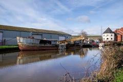 Alte Boote entlang dem Exeter-Kanal Lizenzfreie Stockfotografie