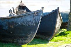 Alte Boote festgemacht nahe einer faulen Holzbrücke Lizenzfreies Stockfoto
