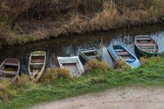 Alte Boote am Flussufer - Foto auf Lager Lizenzfreies Stockbild